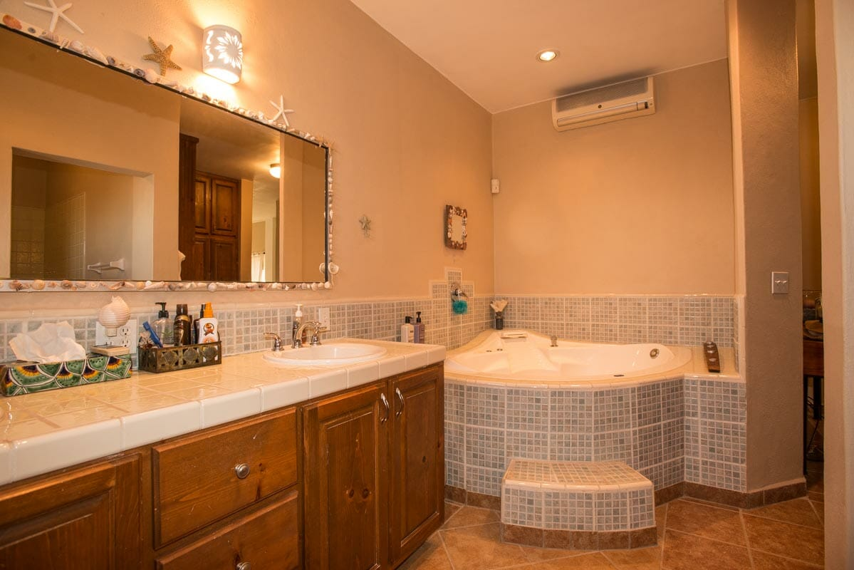 Dream House Near the Sea in Loreto: Master bath jacuzzi