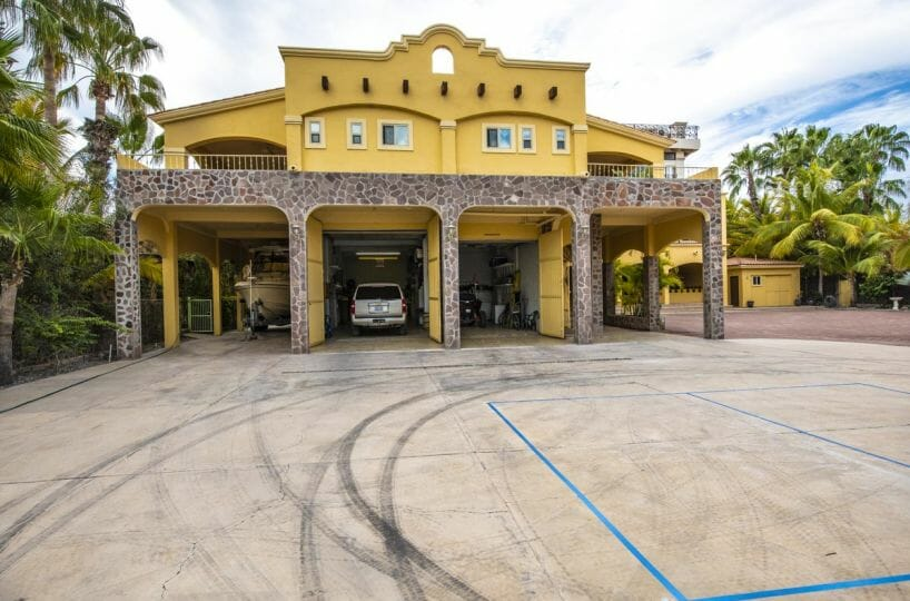 Four bedroom home in Loreto on large lot with sea and mountain views: Large Garage