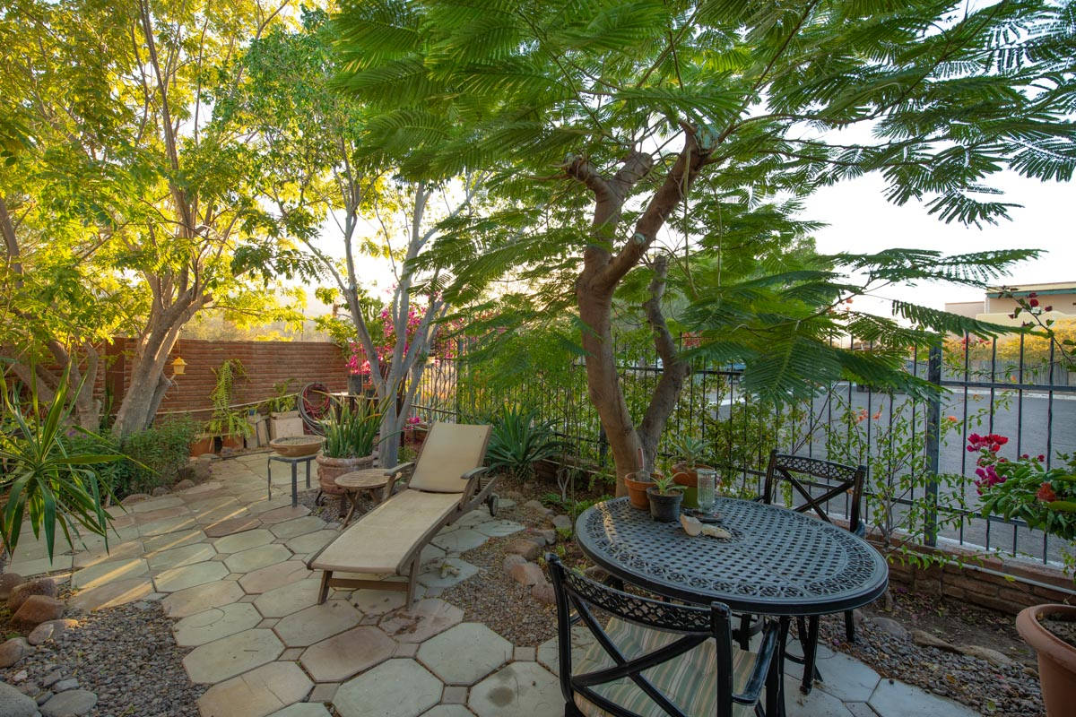One level 2 bed/1.5 bath home: tranquil garden